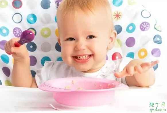 小孩几个月可以训练独立吃饭 怎么训练小孩独立吃饭3